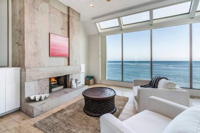Detached house on the beach - California