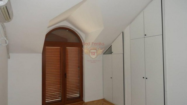 The Detached house has a garage and a parking in Montenegro